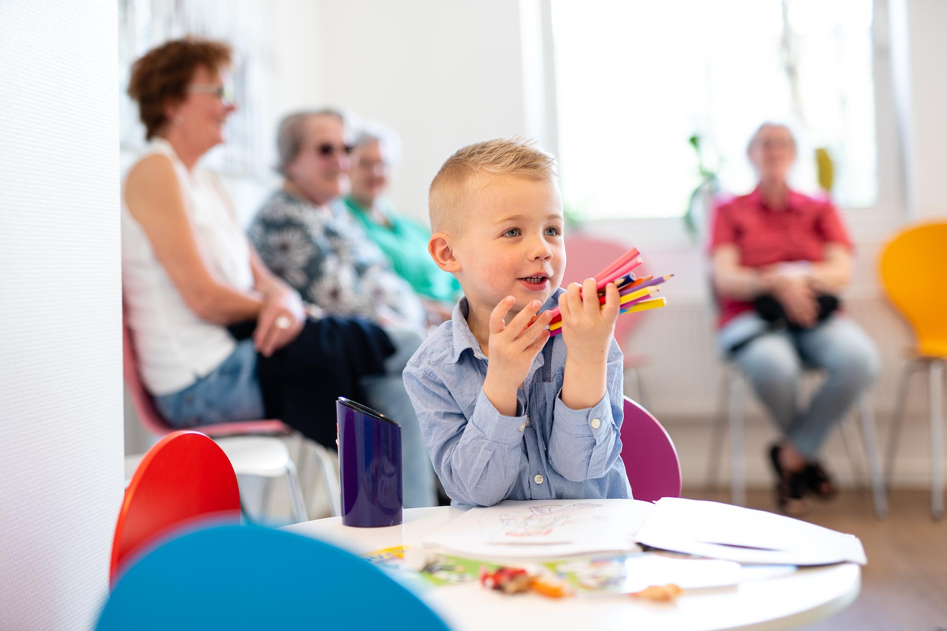 Praxis Gartenallee für MKG-Chirurgie & Oralchirurgie - Junge mit Stiften